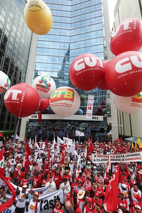Protesto de sindicalistas na sede da Petrobras em São Paulo