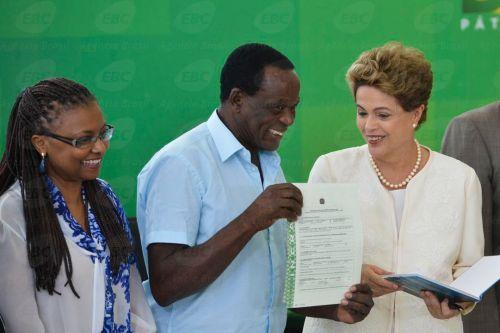 Brasília - Presidenta Dilma Rousseff durante cerimônia comemorativa do Dia Nacional da Consciência Negra.Na ocasião, foram entregues títulos de propriedade a diversas comunidades quilombolas (Antonio Cruz/Agência Brasil)