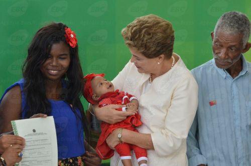 Brasília - Presidenta Dilma Rousseff durante cerimônia comemorativa do Dia Nacional da Consciência Negra. Na ocasião, foi entregue título de propriedade a Maria Helena (Antonio Cruz/Agência Brasil)