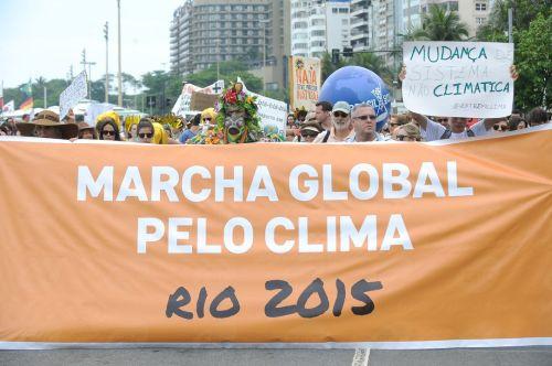 Rio de Janeiro - Manifestantes realizam a Marcha Global pelo Clima na orla do Rio chamando a atenção da população da cidade para a gravidade das mudanças climáticas globais.(Tomaz Silva/Agência Brasil)
