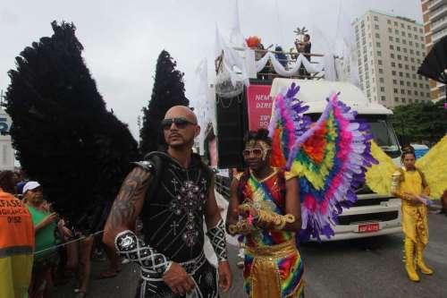 """20º edição da Parada do Orgulho LGBT na orla de Copacabana, na cidade do Rio de Janeiro (RJ), neste domingo (15). Com o lema """"Palavras Ferem, Violência Mata"""". jose lucena/Futura Press"""