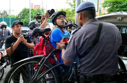 São Paulo - Os estudantes que protestam contra a reorganização do ensino paulista realizam novos atos na manhã desta quinta-feira (3) e bloquearam vias importantes de São Paulo. (Rovena Rosa/Agência Brasil)
