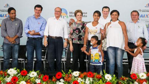 Indaiatuba (SP) - Presidenta Dilma Rousseff entrega chave da unidade habitacional à senhora Maria de Fátima de Barros, durante cerimônia de entrega de unidades habitacionais em Indaiatuba (Roberto Stuckert Filho/PR)