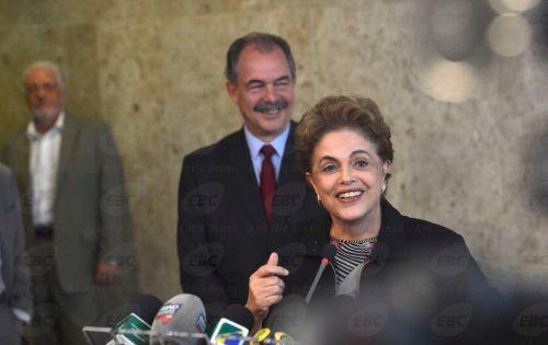 Brasília - A presidenta Dilma Rousseff afirmou, em coletiva, após reunião com reitores dos institutos federais de Educação no Palácio do Planalto, que não vai renunciar ao cargo. À esquerda, os ministros da Casal Civil, Jaques Wagner, e da Educação, Aloizio Mercadante (José Cruz/Agência Brasil)