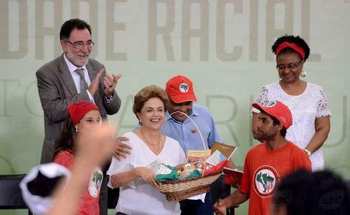 Brasília - O ministro Patrus Ananias, a presidente Dilma Rousseff e a ministra Nilma Lino anunciam um pacote de medidas para fortalecer o desenvolvimento rural no país (Elza Fiuza/Agência Brasil)