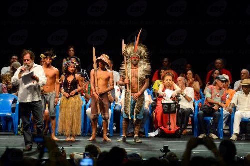 Rio de Janeiro - Artistas e intelectuais unidos participam do lançamento do Manifesto Cultura pela Democracia, contra o processo de impeachment da presidenta Dilma Rousseff (Fernando Frazão/Agência Brasil)