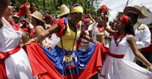 24jun2015-mulher-danca-na-frente-da-estatua-de-san-juan-em-dia-de-sao-joao-na-aldeia-de-curiepe-na-regiao-de-miranda-no-norte-da-venezuela-a-festa-que-tem-raizes-europeias-e-africanas-comeca-1435190